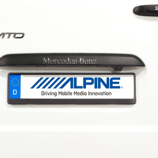 Alpine KIT-R1V447 peruutuskameran asennussarja paikallaan.